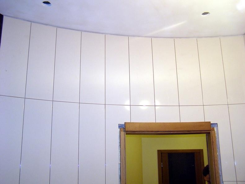 Поклейка плитки на радиусную стену