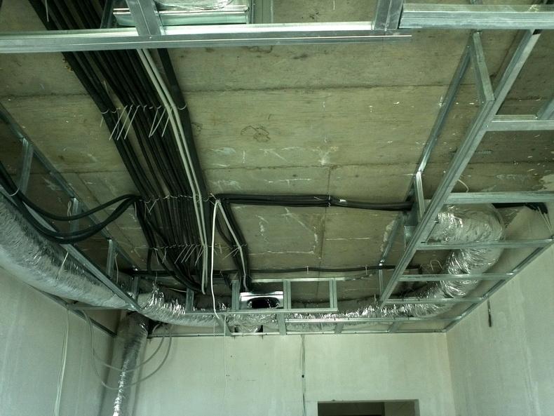 Монтаж каркаса потолка с учетом канальной системы кондиционирования