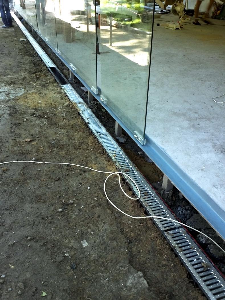 Монтаж водостоков для отвода воды с остекления