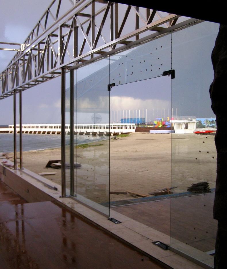 Монтаж фасада из закаленного стекла