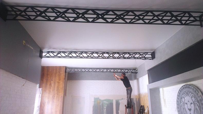 Монтаж декоративных конструкций в магазине