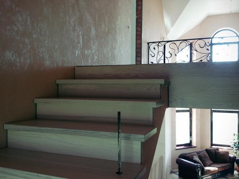 Монтаж лестницы из массива ясеня
