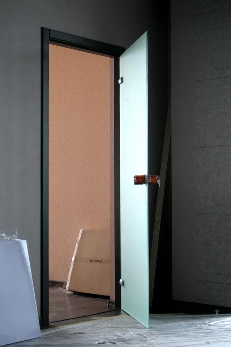 Монтаж межкомнатной двери из закаленного стекла с фурнитурой Meroni