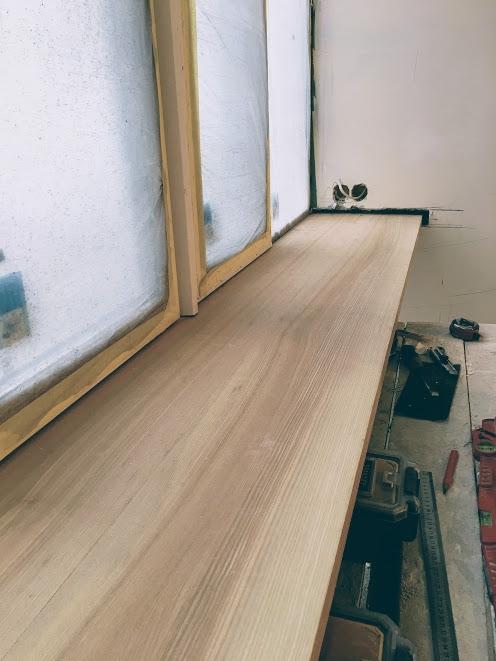 Монтаж подоконника из массива дерева
