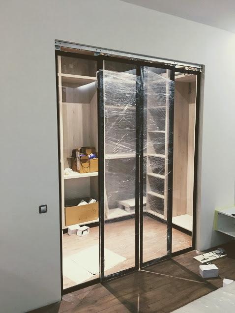 Монтаж раздвижной двери в гардероб