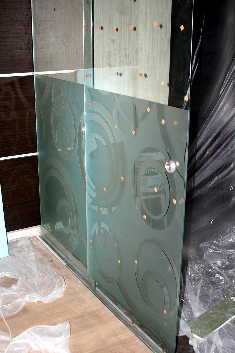 Монтаж раздвижной стеклянной перегородки