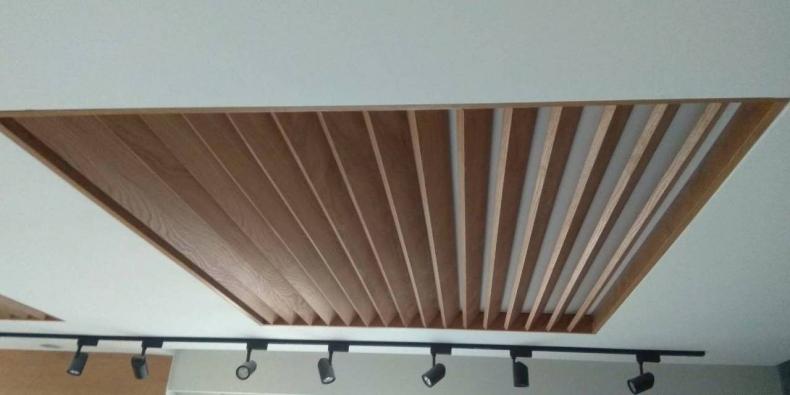 Монтаж декоративных шпонированных конструкций на потолке