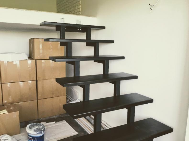 Установка конструкции лестницы