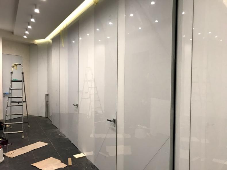 Монтаж межкомнатных дверей из стекла