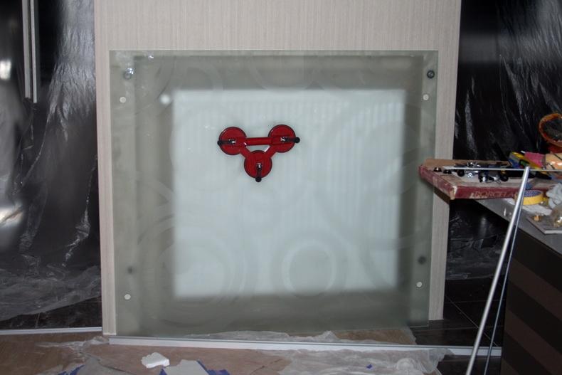 Монтаж декоративной панели из закаленного стекла под радиатор