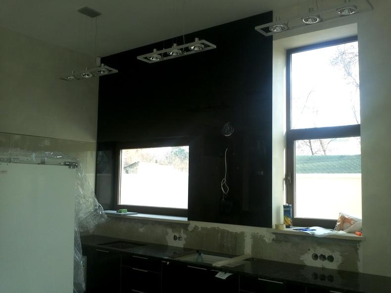 Монтаж рабочей стенки кухни из закаленного стекла