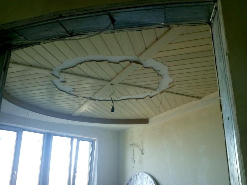 Декорирование потолка деревом