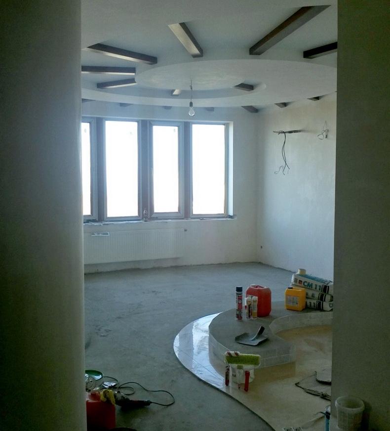 Монтаж деревянных балок на потолке