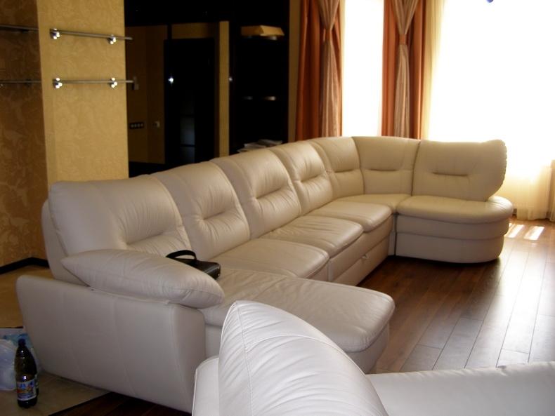 Сборка дивана в гостиной