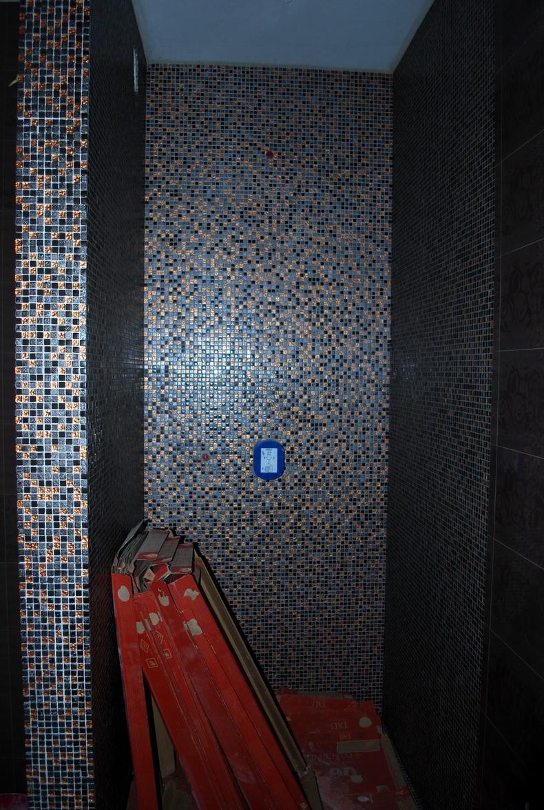 Поклейка мозаики в душевой кабине