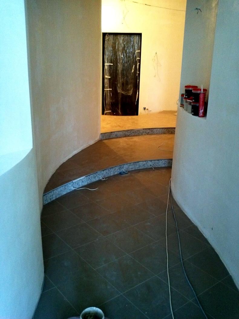 Укладка плитки в коридоре