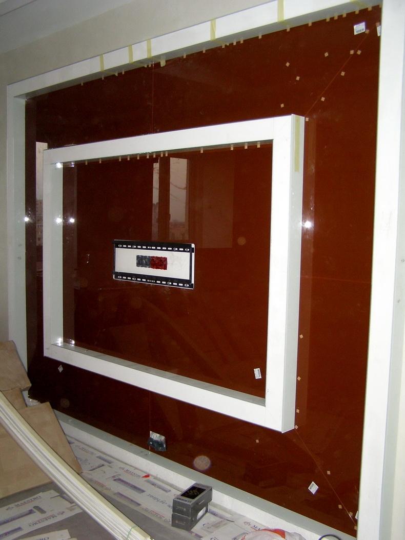 Монтаж декоративной панели из стекла под телевизор