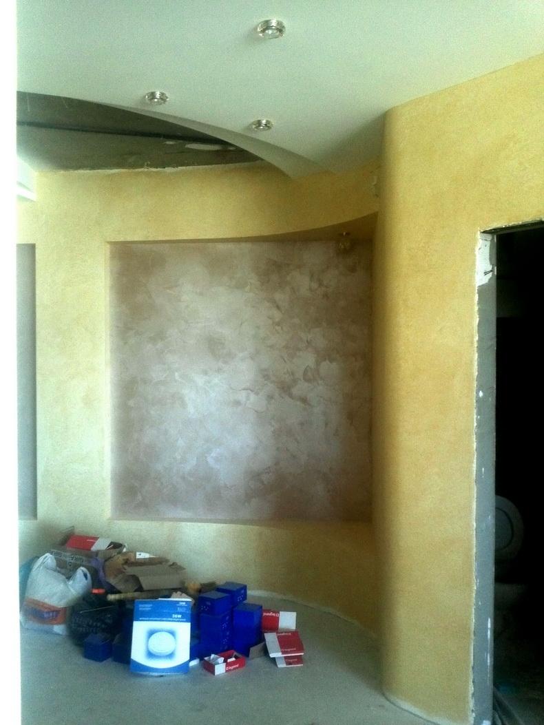 Нанесение декоративной штукатурки и покраска стен