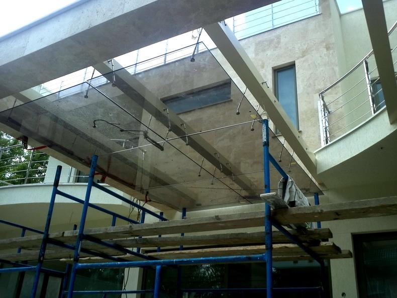 Монтаж конструкции козырька из закаленного стекла в частном доме