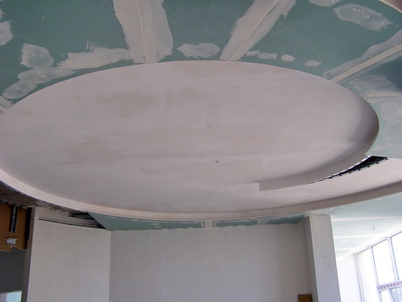 Конструкция из гипсокартона на потолке