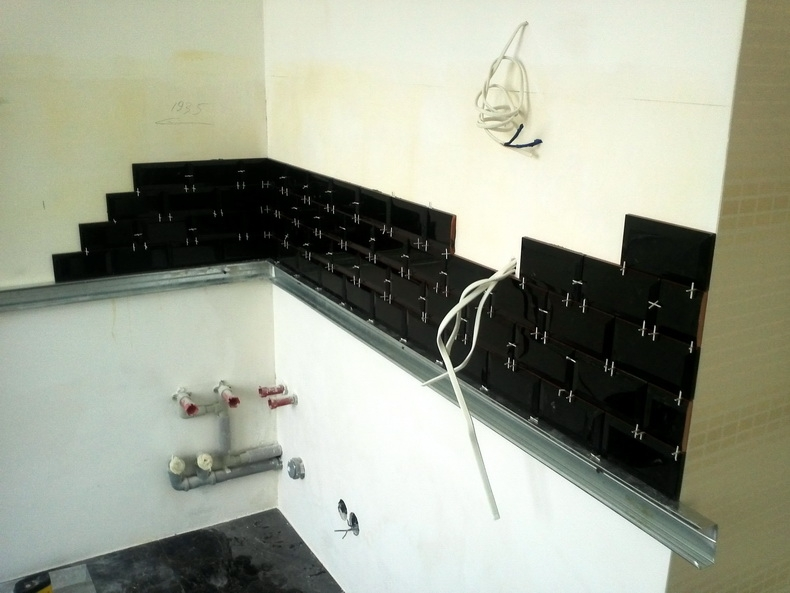 Поклейка плитки на рабочую стенку кухни