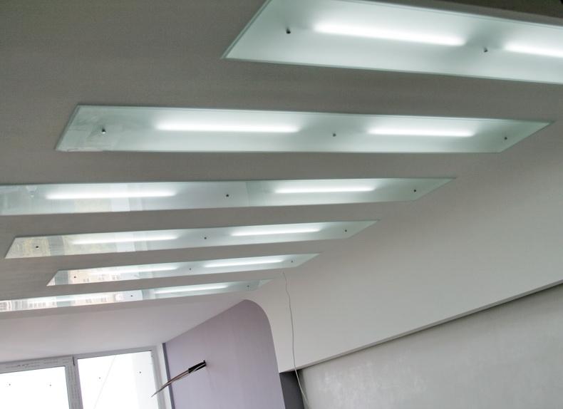 Монтаж декоративных панелей из закаленного стекла на потолке