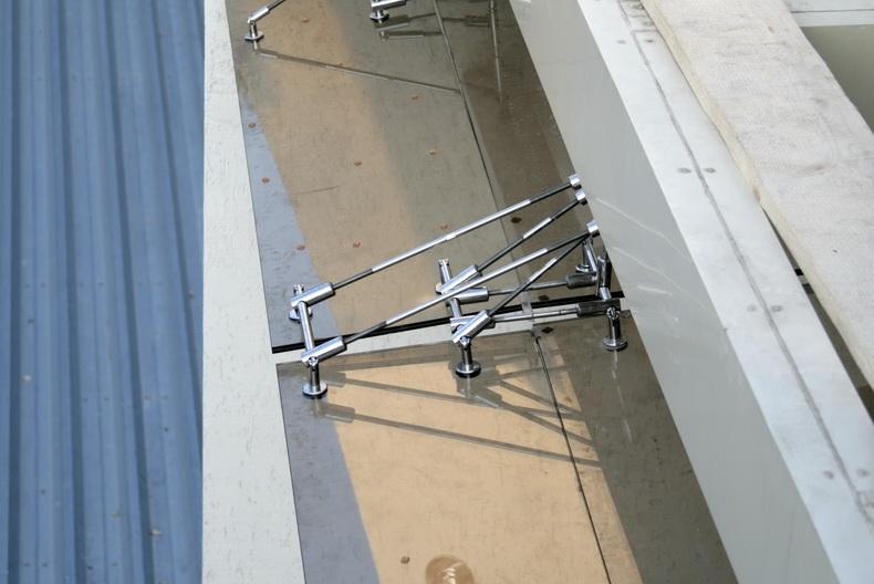 Сборка системы креплений сегментов козырька из закаленного стекла