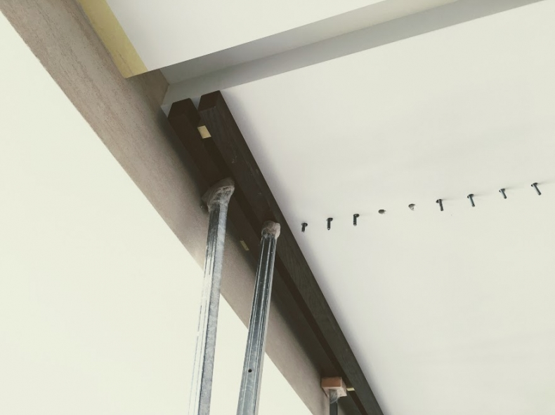 Монтаж декоративных реек на потолке