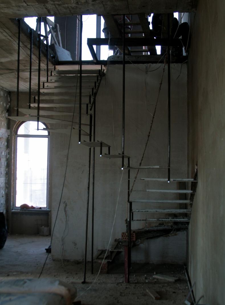 Монтаж конструкции лестницы