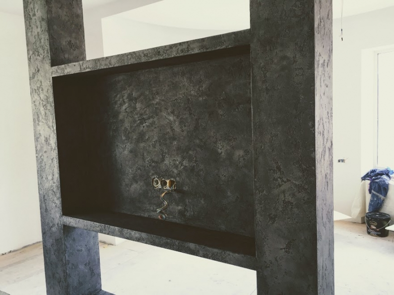 Нанесение декоративной штукатурки на конструкцию под телевизор