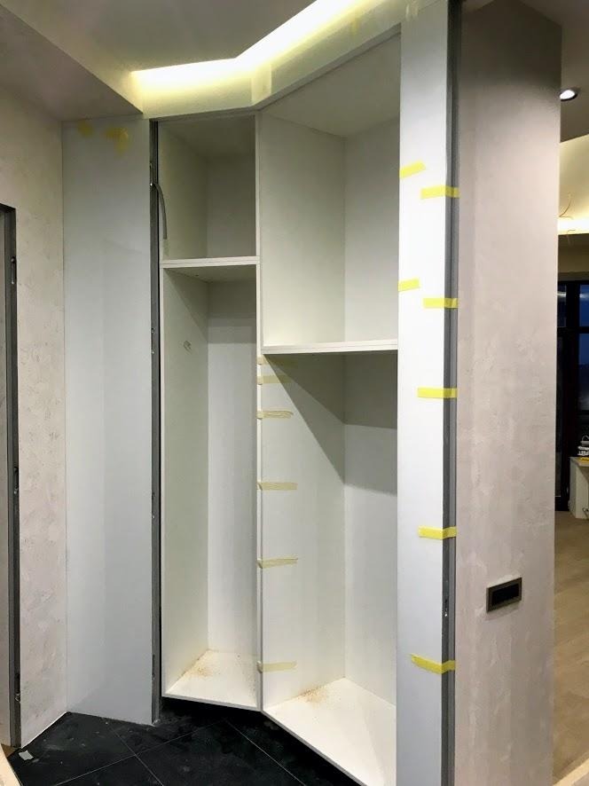 Монтаж встроенного шкафа с развернутым углом сопряжения модулей