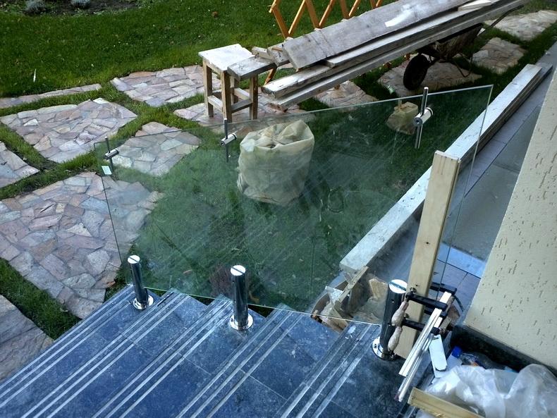 Монтаж конструкции ограждения лестницы