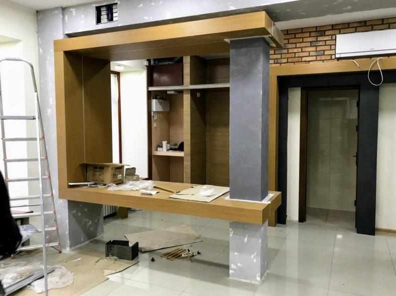 Конструкция ресепшен в магазине бронированных дверей