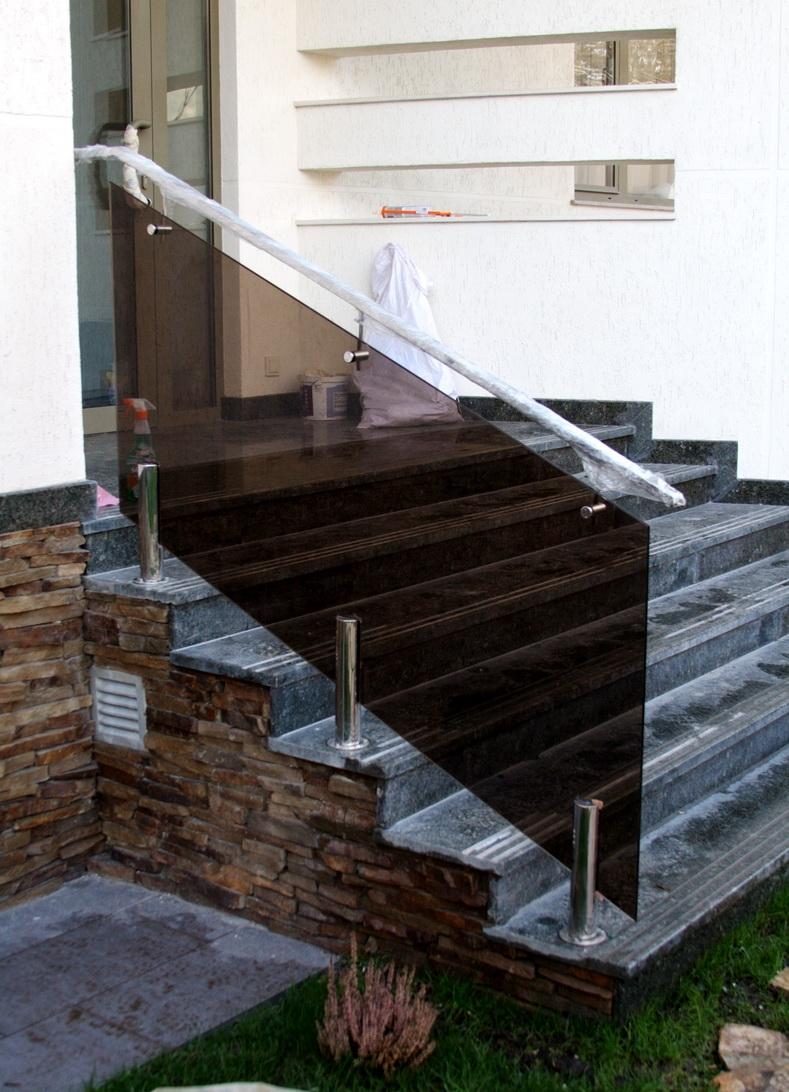 Монтаж лестничного ограждения из закаленного стекла на крыльце дома