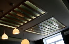 Декоративные панели из дерева и стекла на потолке