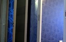 Межкомнатные раздвижные двери из закаленного стекла и дерева