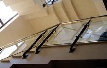 Конструкция ограждения из закаленного стекла для лестницы