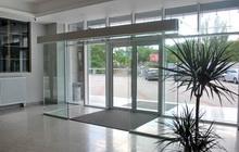 Конструкция тамбура из закаленного стекла с раздвижной дверью