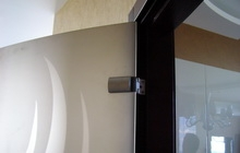 Радиусные межкомнатные двери из тонированного закаленного стекла