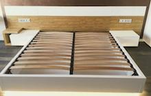 Кровать с консольными прикроватными тумбочками