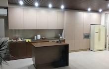 Кухня с фасадами из натурального шпона дуба